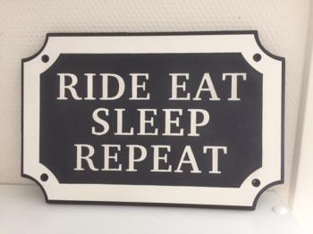 Naamplaat Model E in Wit met zwarte achtergrond - RIDE EAT SLEEP REPEAT